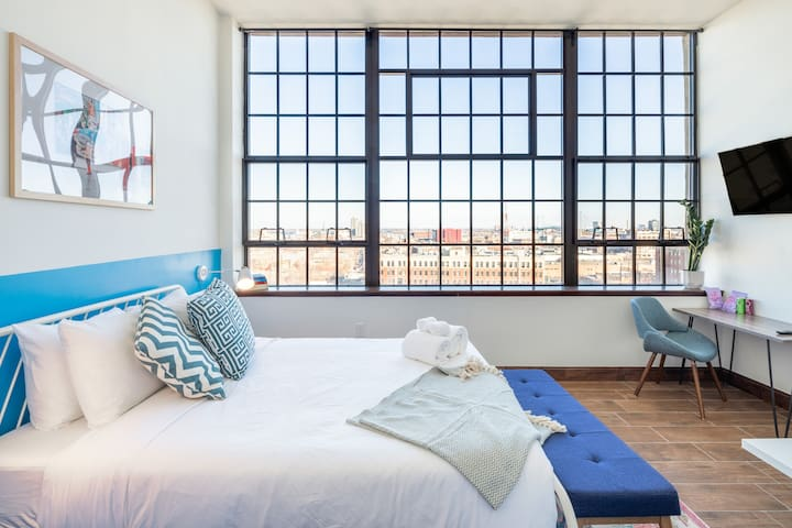 Warm Penthouse Loft with a View + On-Site Free Parking