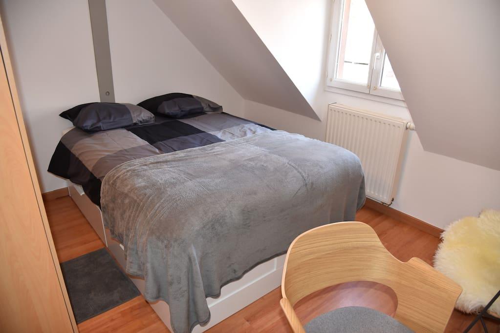 chambre avec lit double de 140