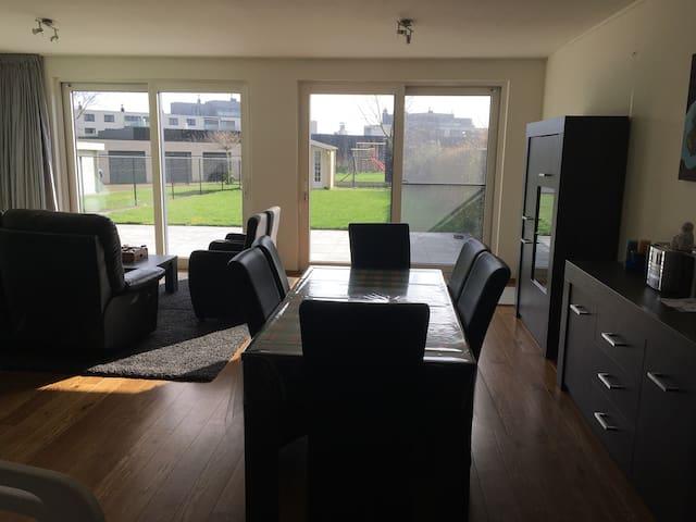 Modern ruim huis met zonneterras en tuin