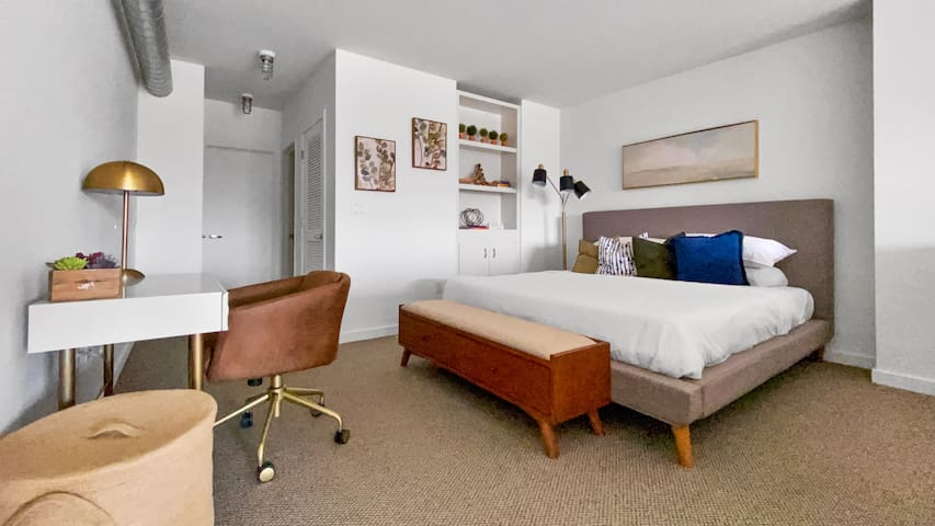 💙NEW!💙2 Workspaces!  Contemporary Santana Row Loft