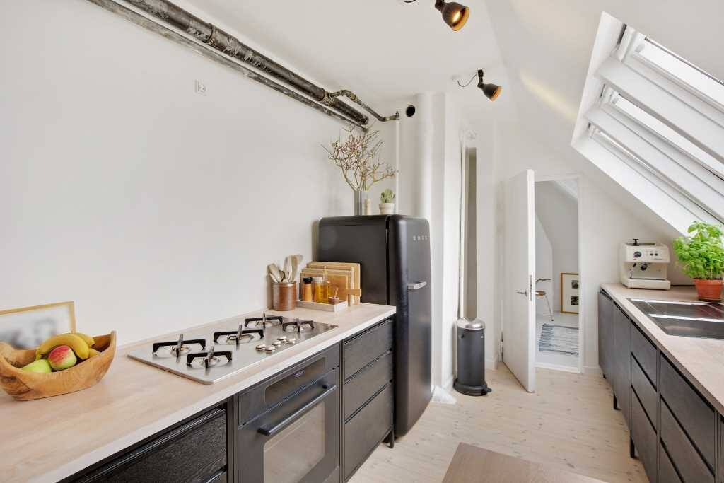 The kitchen is new and hand-made by a Copenhagen based carpenter, Woodenmind. All appliances are high-quality from the Italian design brand, Smeg and Danish Vipp.