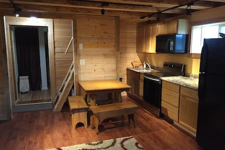 Log cabin w/bathroom and screened covered porch