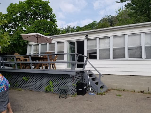 3 bdrm cottage 1 block from beach families only