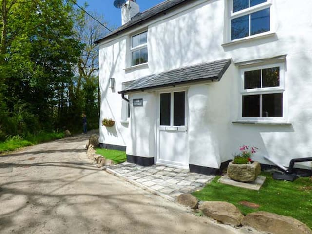 COB COTTAGE, pet friendly in St Columb Major, Ref 11269