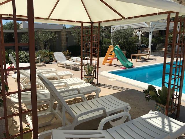 Appartamento Ocra 1. Villa Ceni. Mare e piscina