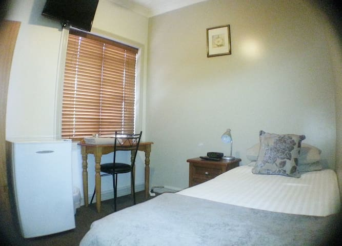 Single room In Modern BnB close to trains - bus SS - Ashfield - Bed & Breakfast