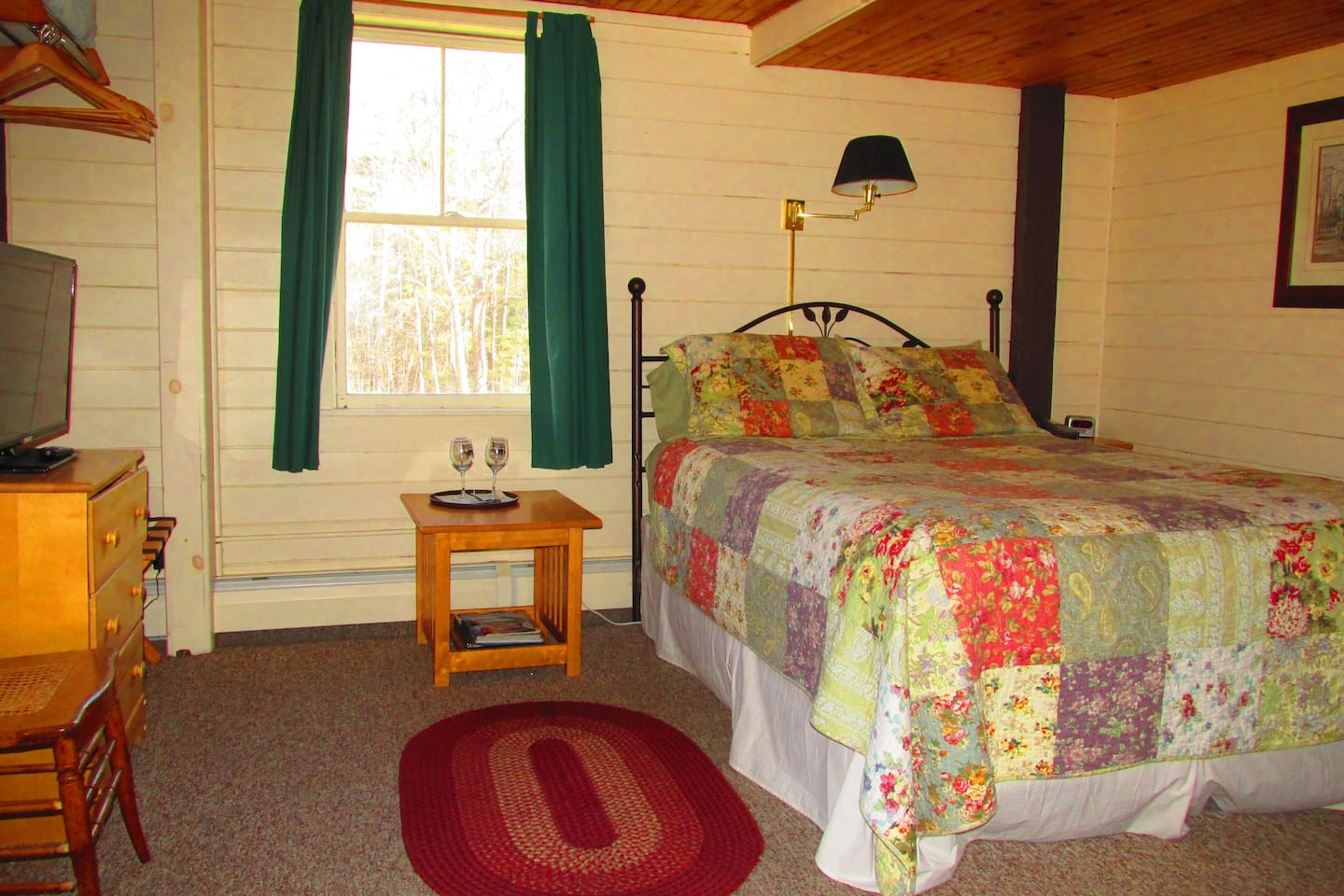 Spacious room with a queen size bed