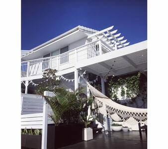 White Beach Cottage - pet friendly for dogs