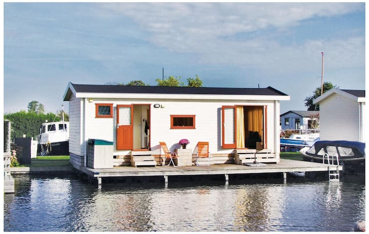 Holiday cottage with 2 bedrooms on 33 m² in Breukelen
