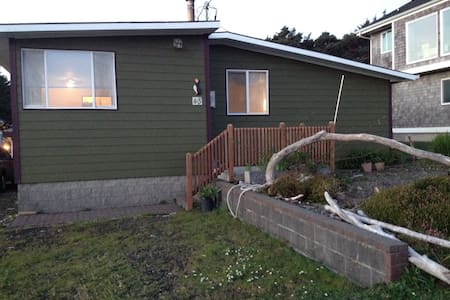 Puffin's Nest, an Ocean View home - Yachats - House