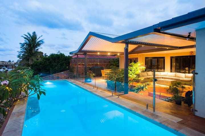 LUXURY HOME - SLEEPS 8 - Runaway Bay - บ้าน
