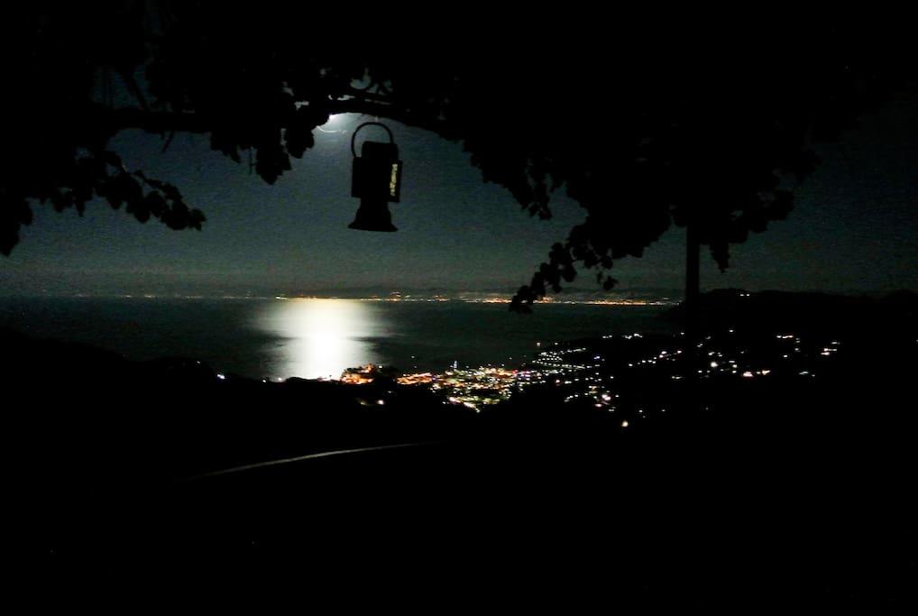 Vista mare dal terrazzo con la luna piena.