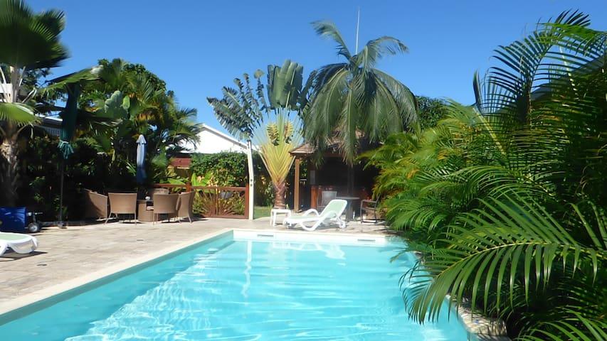 Meublé avec piscine et jacuzzi - Saint-Gilles les Hauts - Hus