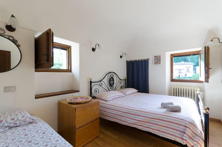 1° bedroom with Double beds with small single bed and wonderful view of Majella [camera matrimoniale con letto singolo piccolo vista stupenda sulla Majella]