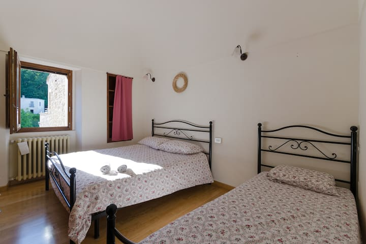 2° room with double bedroom with extra single bed and splendid view of the village [camera matrimoniale con letto singolo )