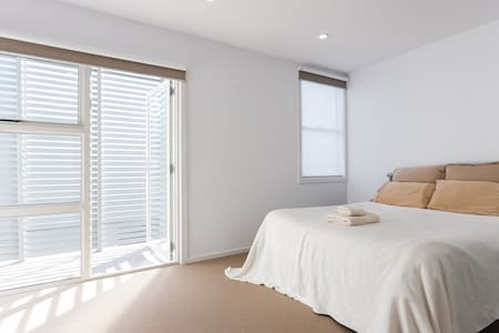 Spacious room with private bathroom - Abbotsford - Apartment