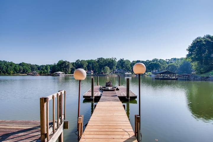 Turtle Cove - Lake Front Vacation home with Private boat ramp