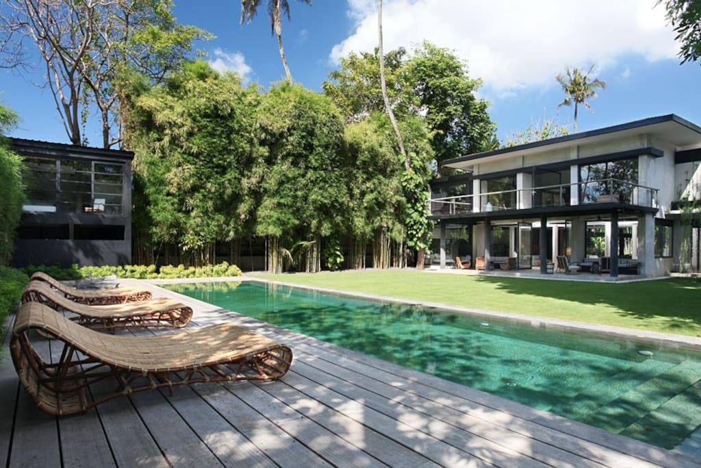 Pool - view on the bungalow and the villa