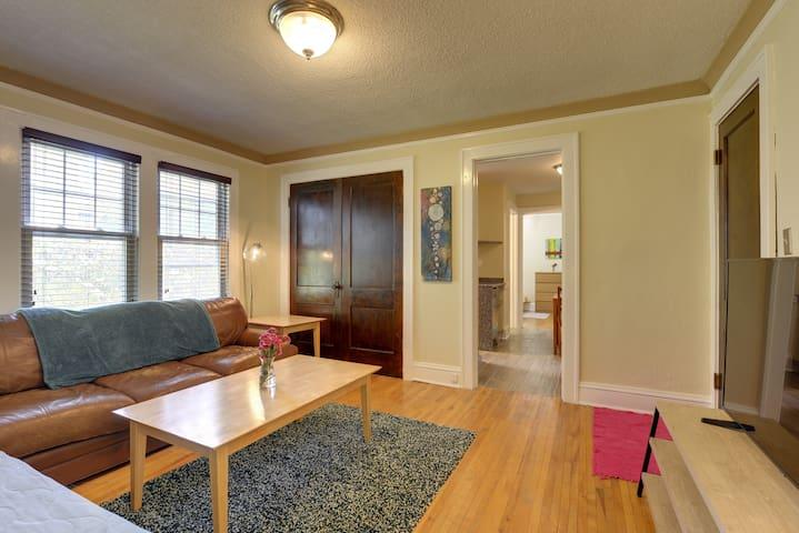Charming Apartment in Merriam Park