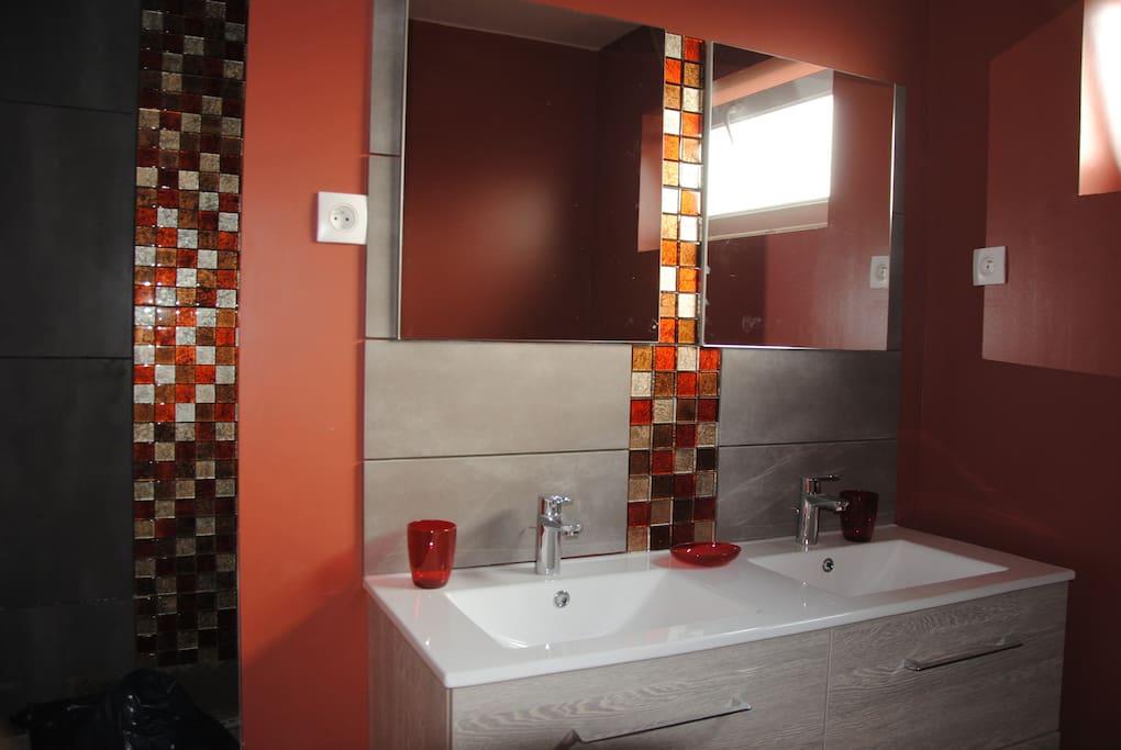 salle de bain avec douche , lave linge, accessoire bébé