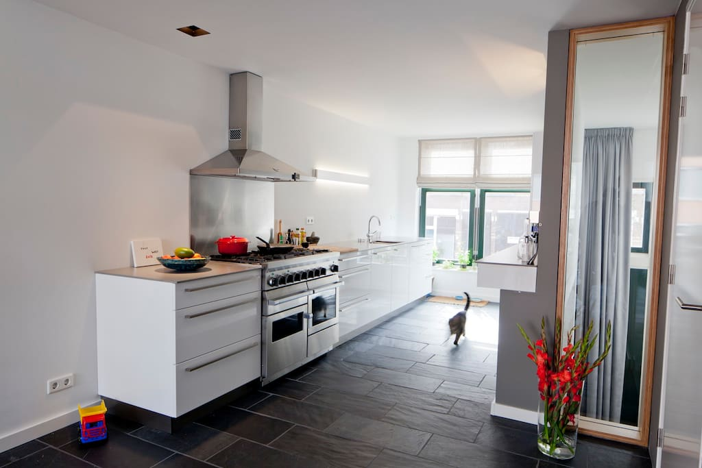 Spatious kitchen with large range gas-cooker with 3 ovens.