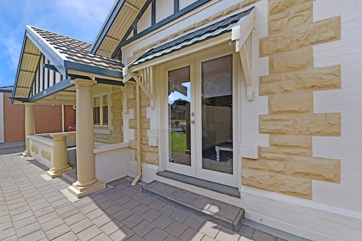 Lovely Renovated Bungalow close to SA Aquatic Ctr