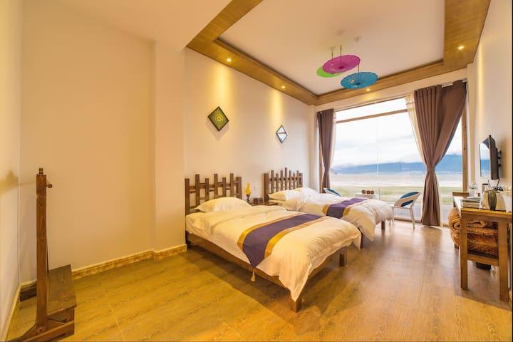 一线海景阳光家庭房,一楼,可坐在房间观洱海,无遮挡。二晚免费接机,大理洱海