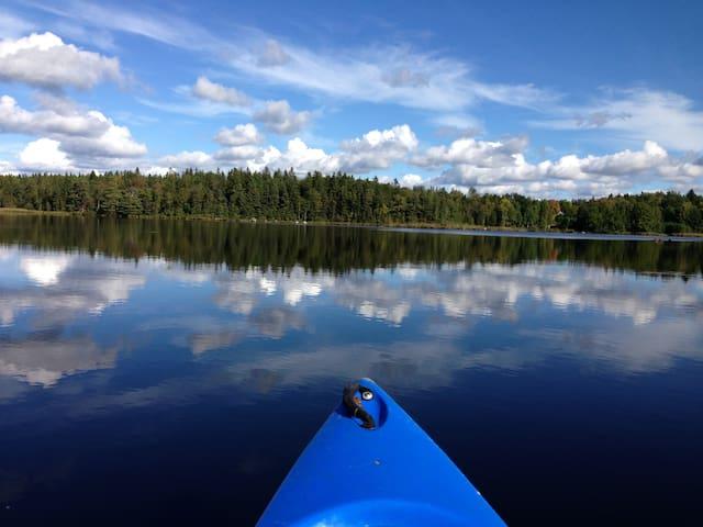 Søudsigt fiskesø og hottub retreat skov kano