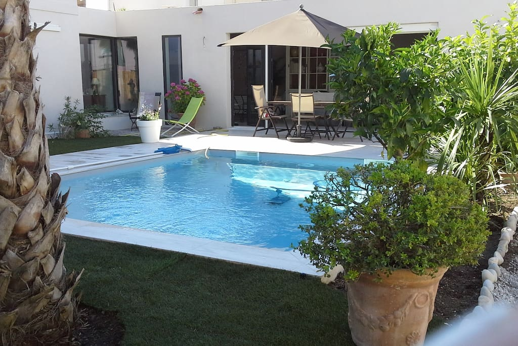 Villa la pointe rouge houses for rent in marseille for Piscine marseille pointe rouge