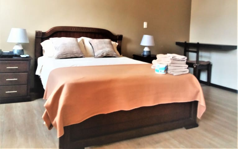 202 PRIVATE ROOM, GREAT LOCATION BREAKFAST & BED