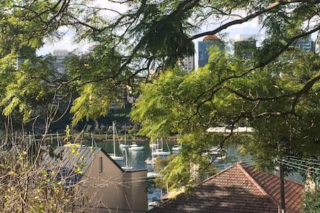 Huge flat close to city, water view - McMahons Point
