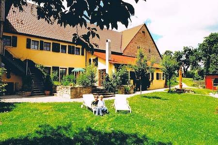 Wohnen im Grünen - nahe der Altstadt von DKB - Dinkelsbühl - Huis