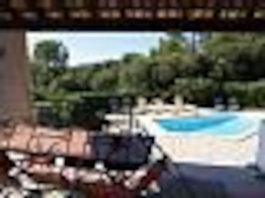 terrasse couverte avec vue piscine