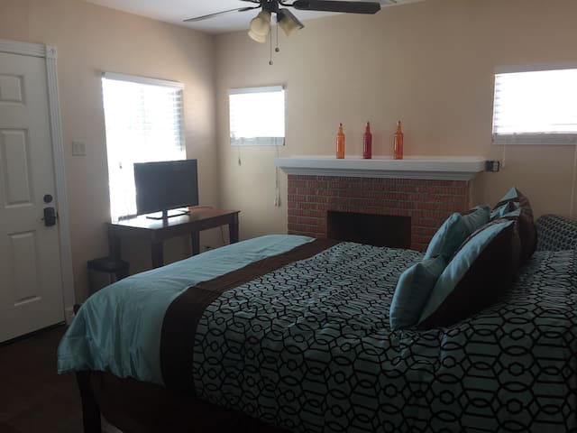 2 Bedrooms,Private Entrance & Bath - El Paso - Hus