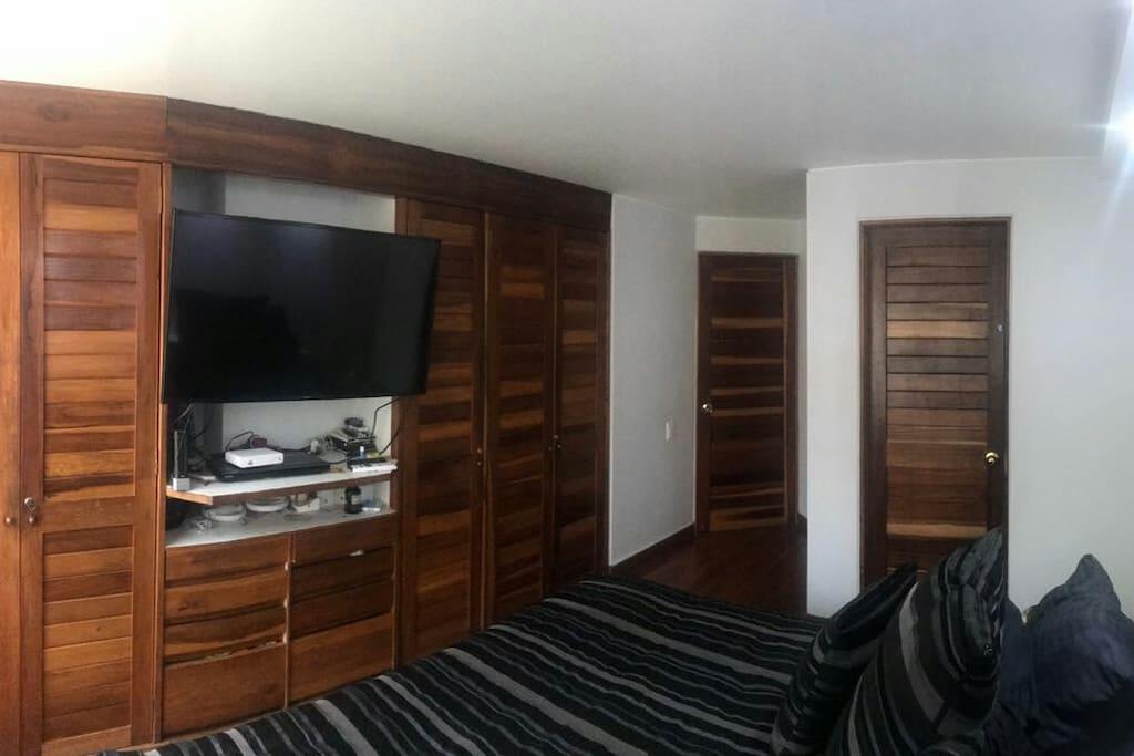 habitación con baño privado y tv.