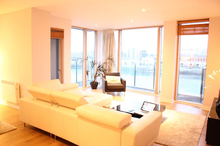 Master bedroom in luxury river flat - Ringsend - Daire
