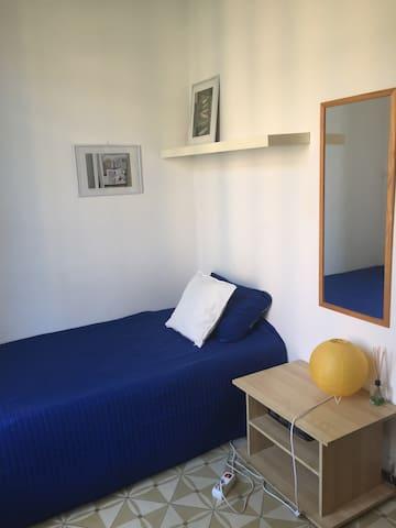 Habitación luminosa super céntrica con balcón
