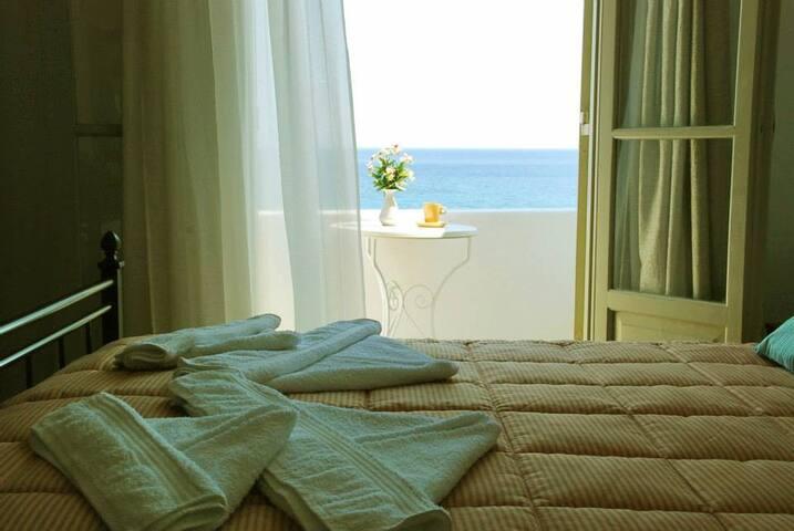 private room at hotel with amazing sea view - Piso Livadi - อื่น ๆ
