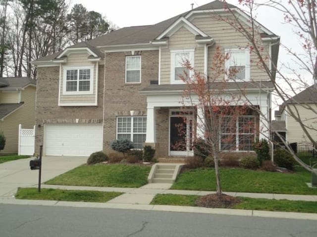 Large Home for DNC!! - Huntersville - Rumah