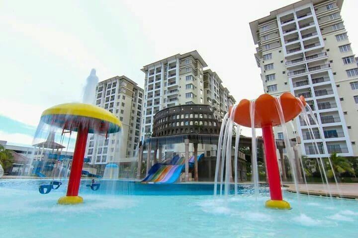 这是一个美丽又有魅力的地方。各种游泳池让你们玩。10分钟就可以到市忠心 - Melaka - Apartamento