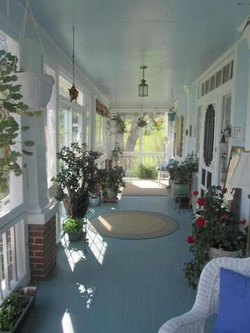 Sunny room in Newport Farmhouse