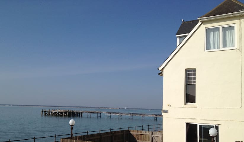 Seafront apartment spectacular view - Totland Bay - Lägenhet