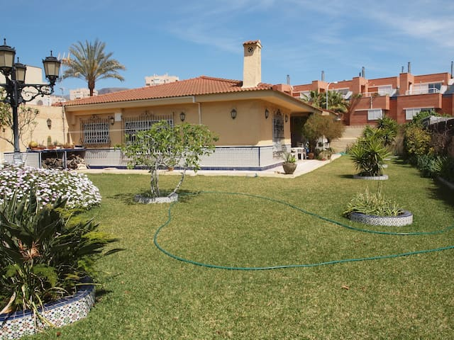 4 bedrooms villa 300m. from beach - Roquetas de Mar - Hus