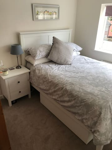 Double room & bathroom nr Warwick