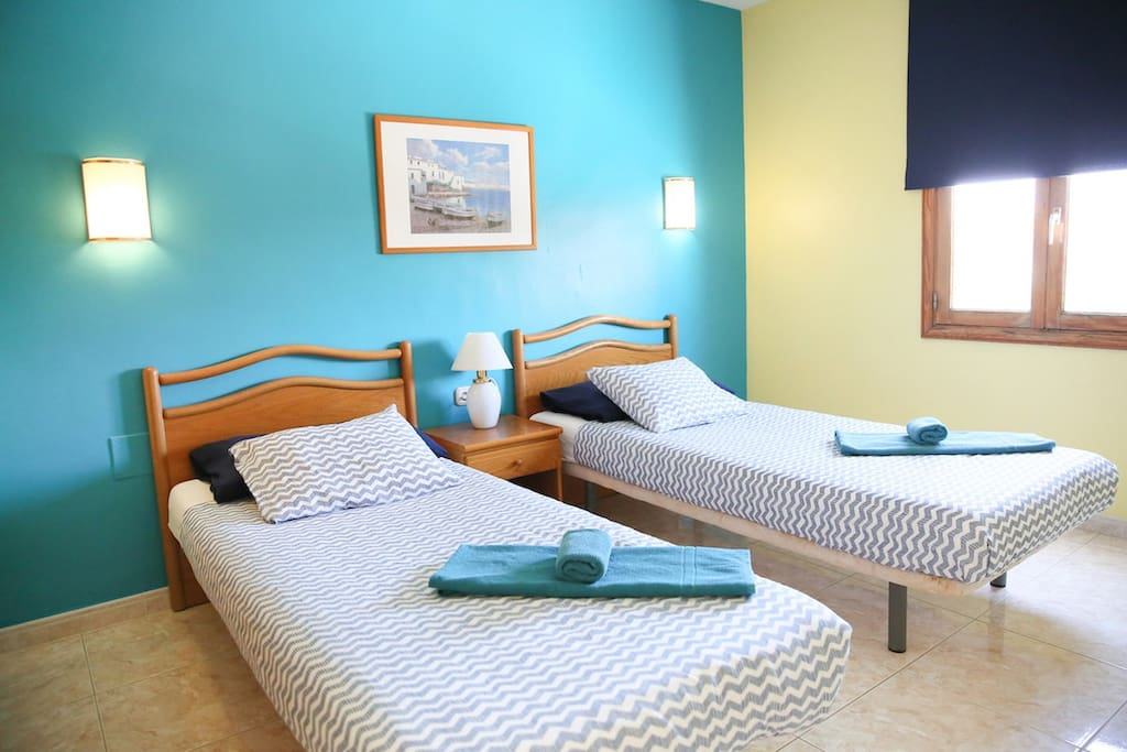 chambre avec 2 lits simples ___ bedroom with 2 single beds ___ dormitorio con 2 camas individuales