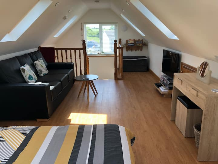 'Castaway' - fabulous Tenby apartment with parking