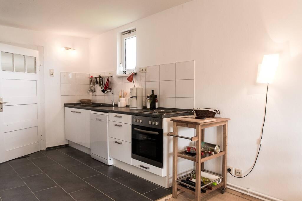 Im unteren Bereich erwartet Sie eine sehr gut ausgestattet Küche mit Kamin übergehend zum großzügigen offenen Essbereich.
