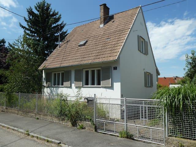 Haus zwischen Apfelbäumen bei Wien - Stockerau - Talo