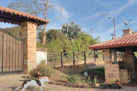 Cabaña Villa Belén Tranquilidad vía al aeropuerto - Lebrija - ที่พักธรรมชาติ