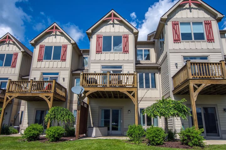 The Den: Lake Area Townhome with Ski Slope Views!